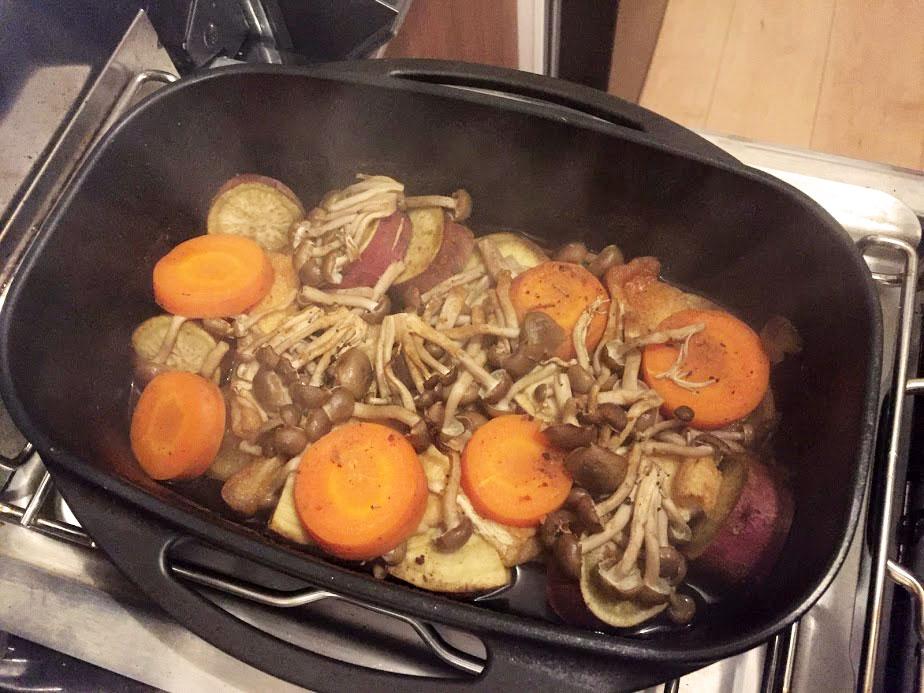 ダッチオーブンで蒸し焼きにした後のキノコ